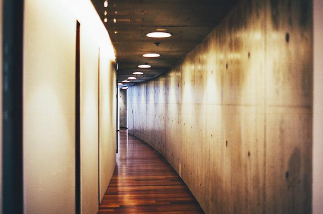 10 id es de d coration pour embellir un couloir sombre troit ou long - Idee deco pour couloir ...