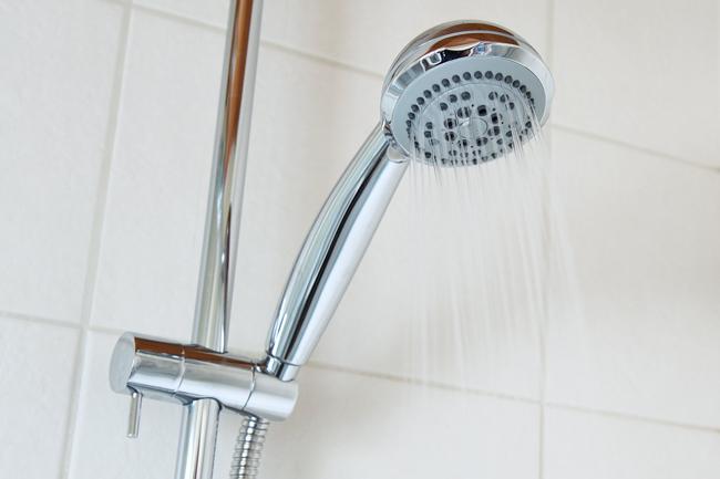 la douche consomme moins d'eau que le bain